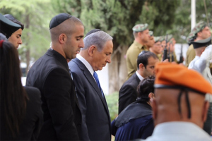 Netanyahu during two-minutes of silence on Mt. Herzl (Gil Yohanan)